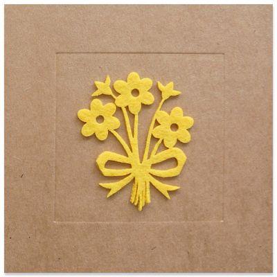 Wenskaart op kraft met bloemen in geel vilt