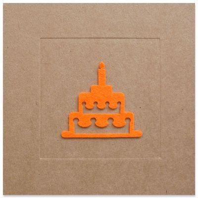 Verjaardagskaart met taart in oranje vilt op kraftkarton