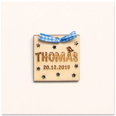 Blauw strikje en houten naamkaartje