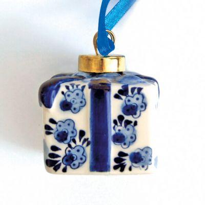 kerstbal Delfstblauw in vorm van kadootje