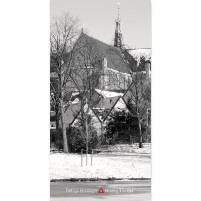 Staande Alkmaarse kerstkaart met Grote of Sint-Laurenskerk en sneeuw