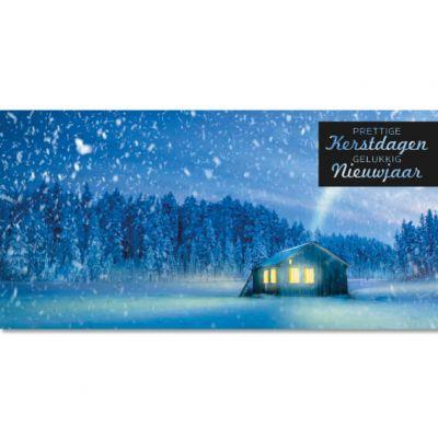 Huisje in sneeuwlandschap met dennenbomen