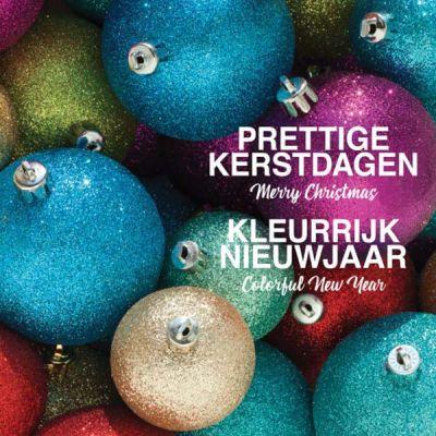 Kerstkaart met kleurrijke kerstballen in blauw, rood, goud en turquoise