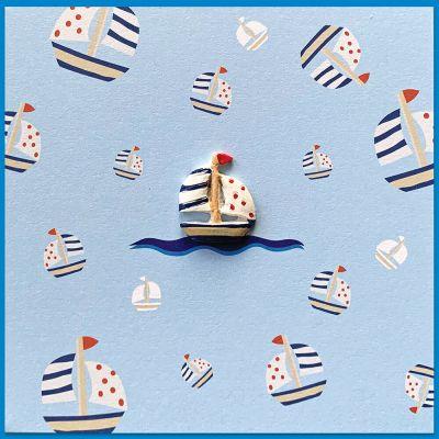 Vrolijke wenskaartje met zeilbootje en kraft envelop